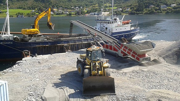 Low Feeder loading aggregate to vessel